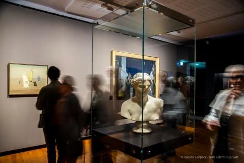 A sx: Victor Brauner, Le diserteur 1931. Olio su tela 60 x 73 cm; in primo piano: Salvador Dalí, Tête otorhinologique de Vénus 1964 (1970). Gesso 70 ,5 x 54 x 41. Rotterdam, Museo Boijmans Van Beuningen
