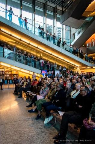L'affollata platea al LAC di Lugano, durante l'inaugurazione della mostra Hodler – Segantini – Giacometti. Capolavori della Fondazione Gottfried Keller.