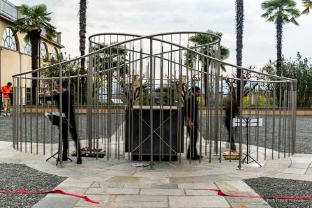 Michelangelo Pistoletto, Abbraccio all'infinito, 2019, acciaio – all'interno, Metro cubo d'infinito (1966-2007, ardesia, specchio e corda). Palazzo Gromo Losa, Biella, 2019