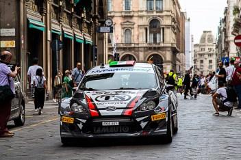 Piero Longhi con il navigatore Gianmaria Santini, subito dopo la partenza del Milano Rally Show, a bordo della Ford Fiesta WRC