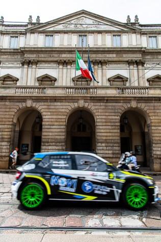 Ilario Bondioni, in coppia con Sofia D'ambrosio, terzo classificato con la con la Skoda Fabia R5 davanti al Teatro Alla Scala subito dopo la partenza in Piazza Duomo