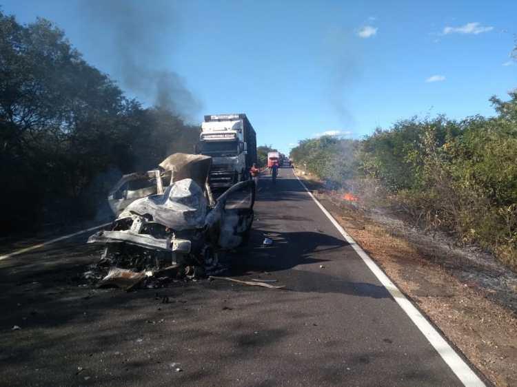 Colisão frontal deixa duas pessoas mortas carbonizadas em Monte Alegre.