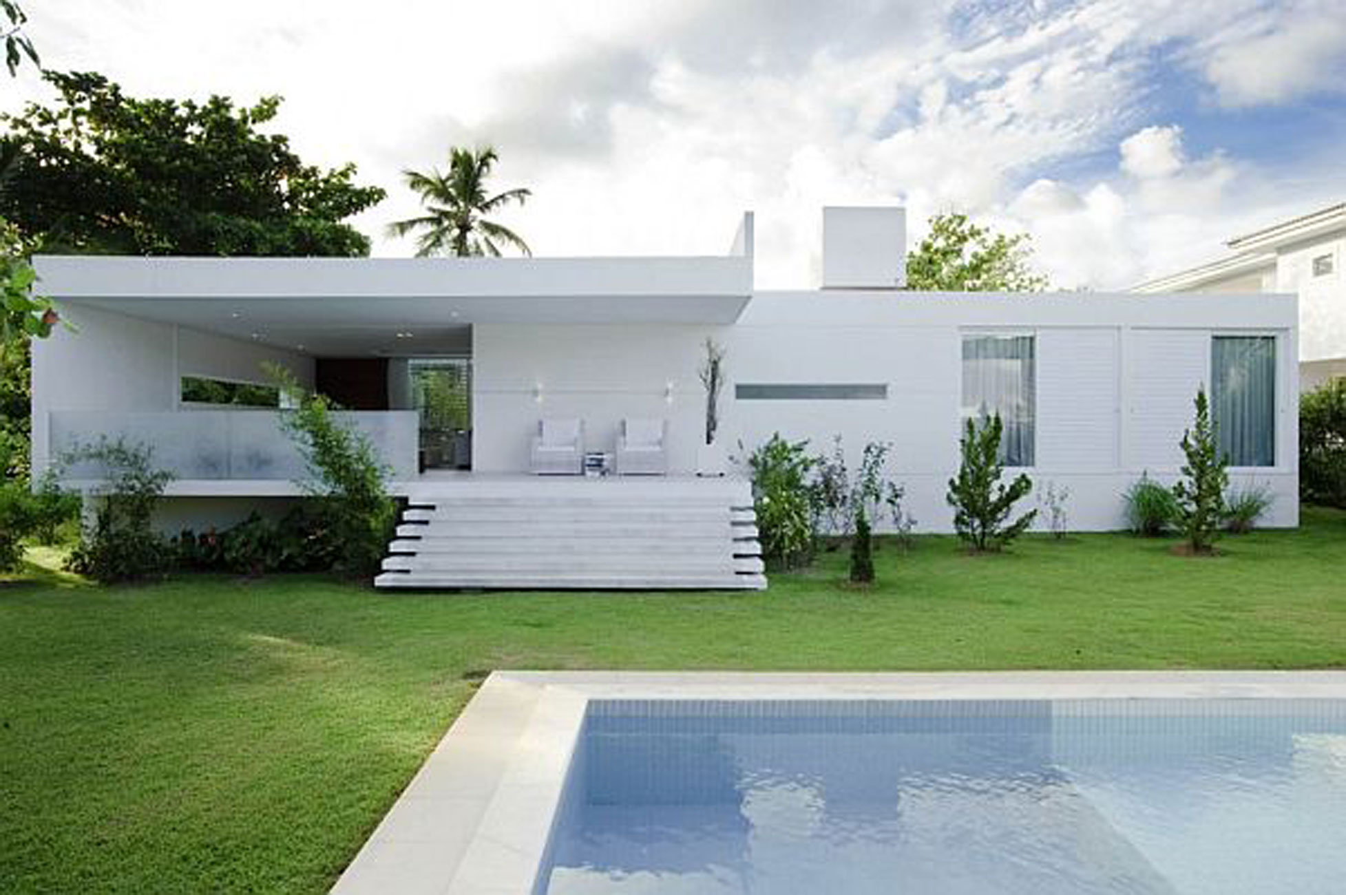 White Contemporary House In Brazil With Swimming Pool