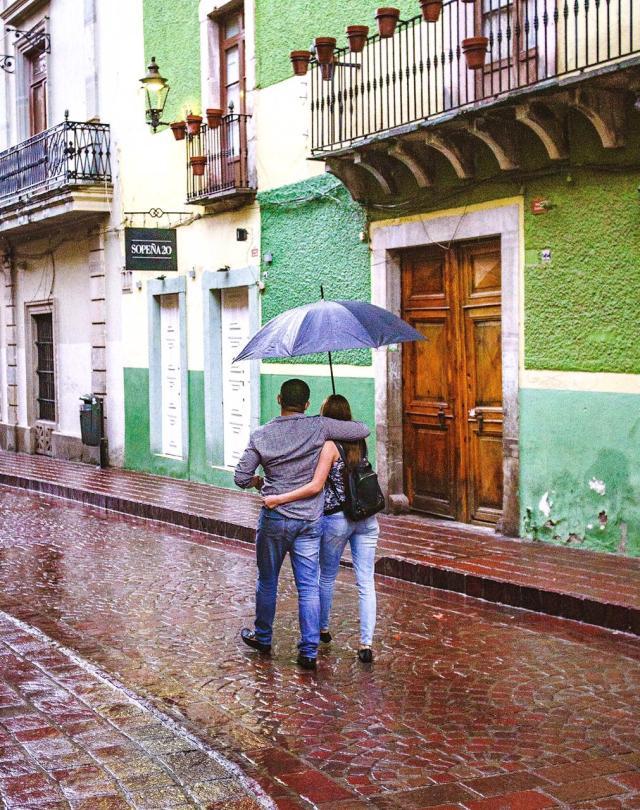 Pareja paseando por las calles de Guanajuato. Créditos Omar Loza.