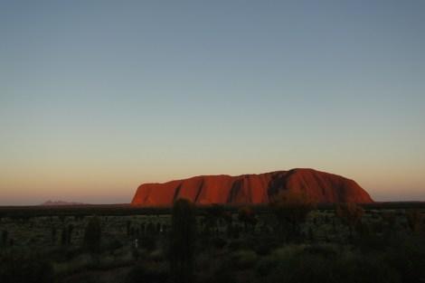 Amanecer en Uluru, a la izquierda a lo lejos, Kata Tjuta