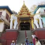 Uno de los accesos al monasterio del Monte Popa