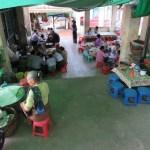 Puestos de comida y de artesanías en el ascenso al monasterio