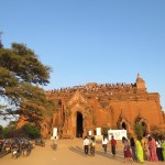 Turistas en Pyathada preparándonos para ver el atardecer