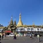 Pagoda Sule, en la parte exterior está llena de locales de astrólogos y numerólogos que la gente consulta antes de ingresar al templo