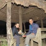 Disfrutando la cena con comida tradicional de Myanmar