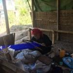 Tejedora en una de las aldeas