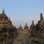 Las terrazas superiores, en cada estupa hay una estatua de buda