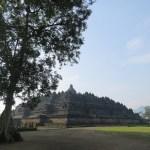 A lo lejos el monumento hace pensar en una pirámide