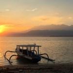 Amanecer, al frente Lombok