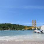 El puente amarillo que une ambas islas