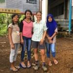 Chicas locales que le pidieron a Alex tomarse una foto con ellas