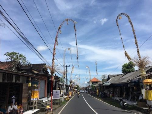 Penjor: postes de bambú con motivo de Galungan
