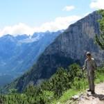 El ascenso bordeando la montaña rocosa