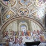 Paredes y techos están adornados con muchos frescos