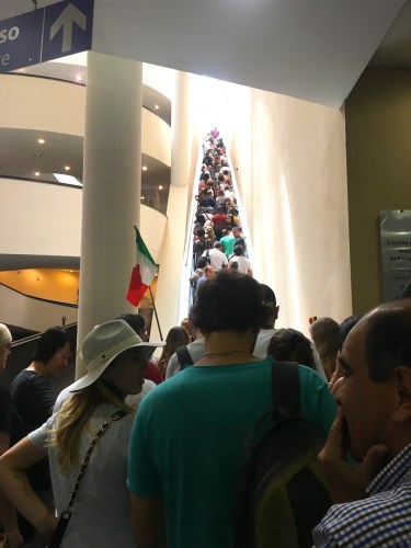 Una multitud constante visita los museos Vaticanos