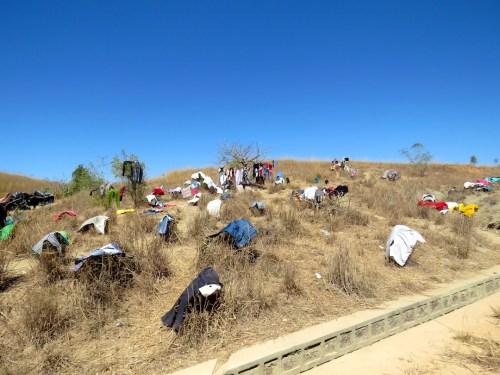 Debido a que no hay agua corriente en gran parte del país, es común ver a las mujeres lavando la ropa en la orilla de los ríos