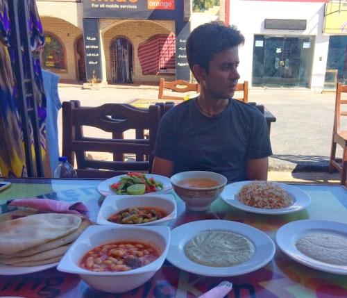 acompañamientos que nos sirvieron en King Chicken (Dahab) cuando pedimos un pollo asado