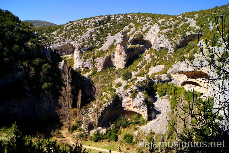 Las formaciones rocosas, tan típicas de Guara Ruta circular Rodellar - pueblo abandonado Otín - Rodellar. Vistas del barranco Mascún, Dolmen Losa Mora