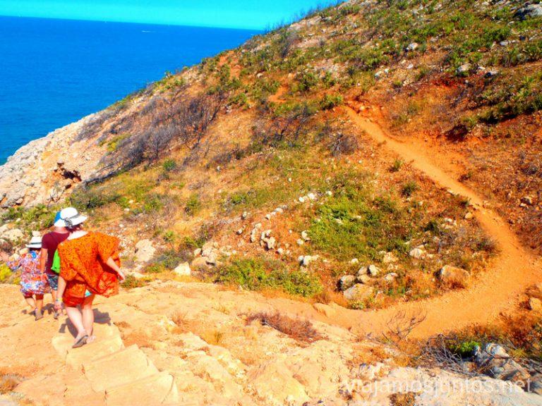 Bajar los escalones y seguir Ruta desde Les Rotes hasta laa Cueva Tallada a pie. Denia. Valencia