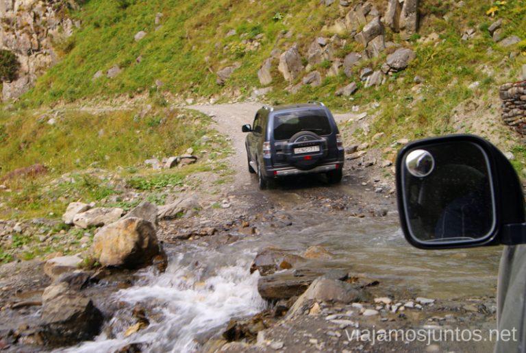 Vadeando ríos en el Valle de Truso Excursión al Valle de Truso, Kazbegi, Stepantsminda, Georgia
