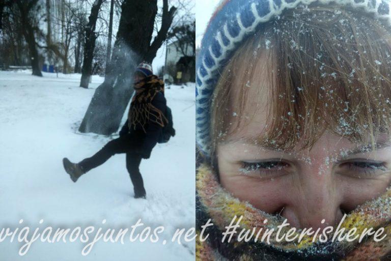 """Dice Denys: """"Juega con la nieve, que te hago una foto"""". El resultado: yo cubierta de nieve"""