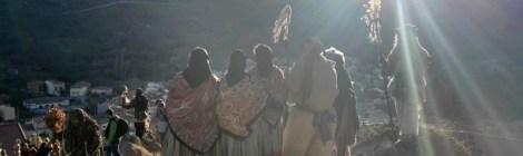 Harramachos y señoras con trajes típicos posando con Navalacruz de fondo al atardecer Mascaradas Abulenses en Gredos. Carnavales tradicionales populares Ávila Castilla y León