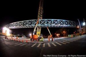 A Disney está instalando uma nova passarela na área de Downtown Disney