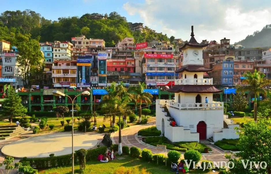 La plaza del pueblo de Mandi en India