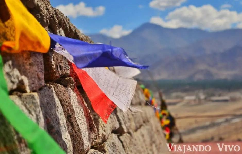 Banderines de oracion tibetanos en la pared de un templo en Leh