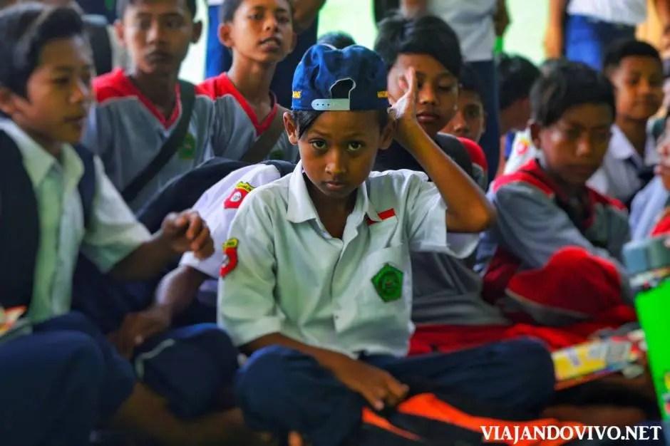 Niño en una escuela en Java, Indonesia