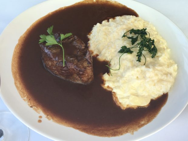 Tornedor grelhado com molho ferrugem e arroz piamontês do Restaurante Bené da Flauta