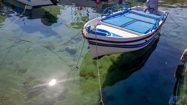 barco nas águas transparentes nas ilhas jonicas