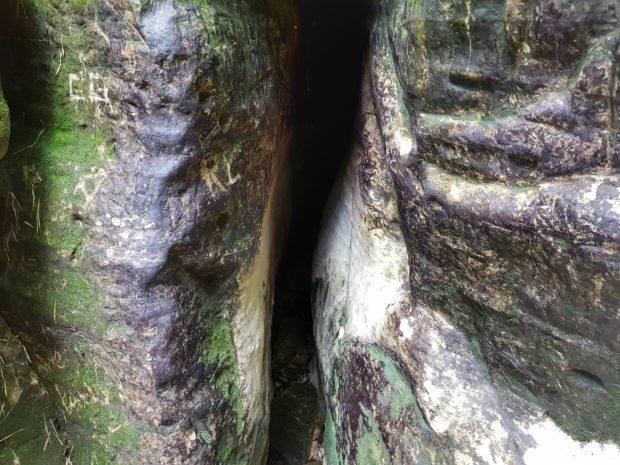 Fenda para a gruta no Salto Corumbá