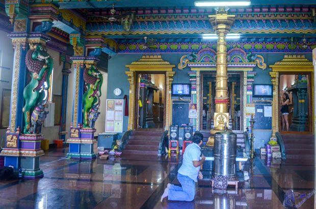 Homem orando no Interior do Templo Hindu em Mahe - Sychelles