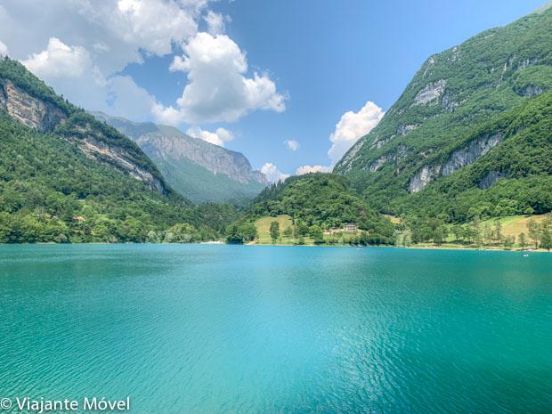 Lago di Tenno, uma praia no norte da Itália-Dolomitas