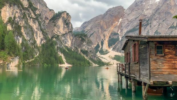 casa de barco Dolomitas e o Lago de Braies na Itália