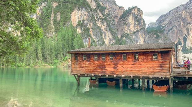 casa de barco e o Lago de Braies na Itália