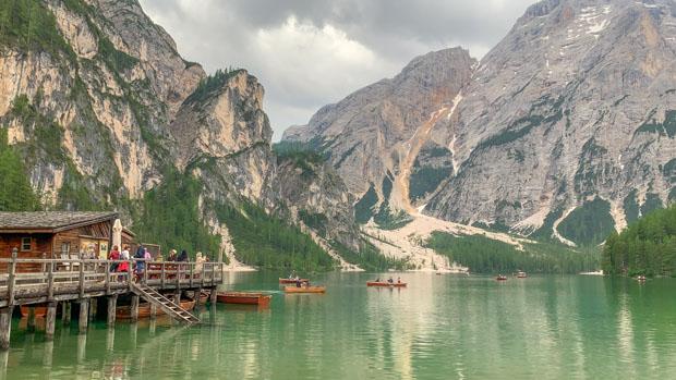 casa de barco no Lago de Braies na Itália