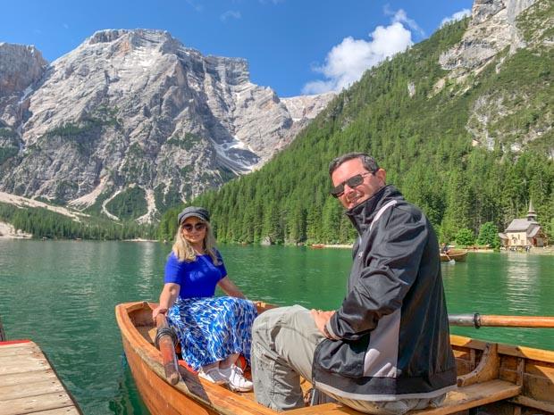 passeio de barco no Lago de Braies na Itália