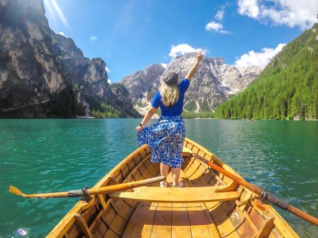 Passeio de Barco no Lago de Braies nas Dolomitas, Itália