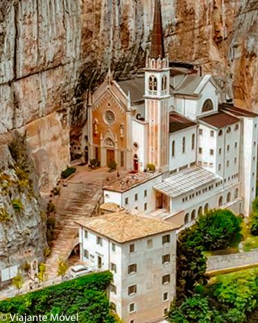 Madonna della Corona, Itália – incrível igreja encravada na rocha