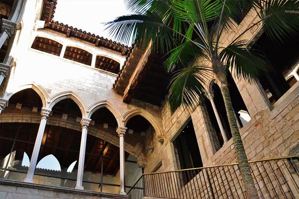 Museo Picasso en Carrer de Montcada Barcelona foto de Maria Rosa Ferre Wikimedia Commons