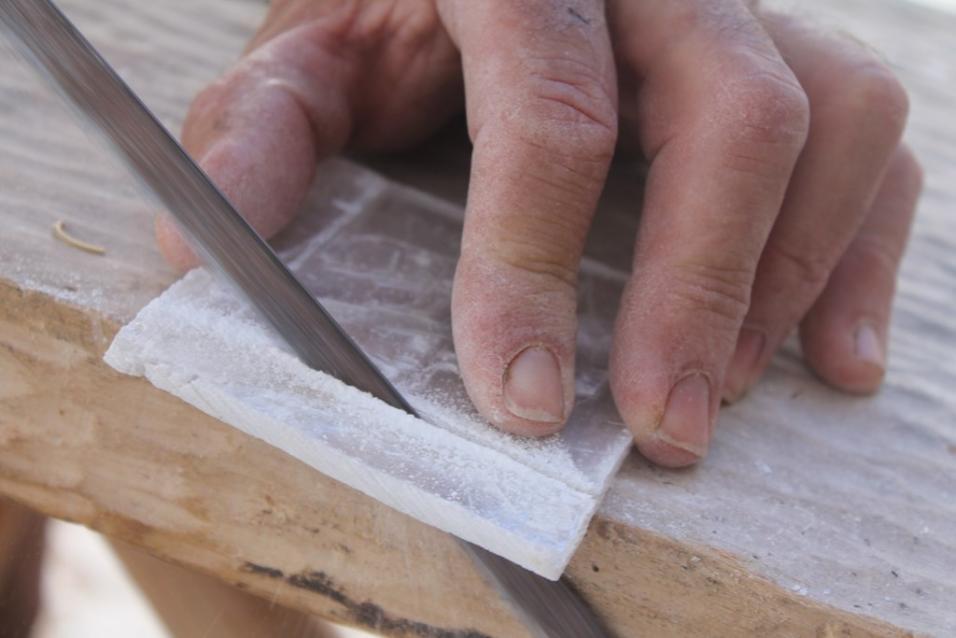 Emilio trabaja el lapis especularis para uno de sus modelos
