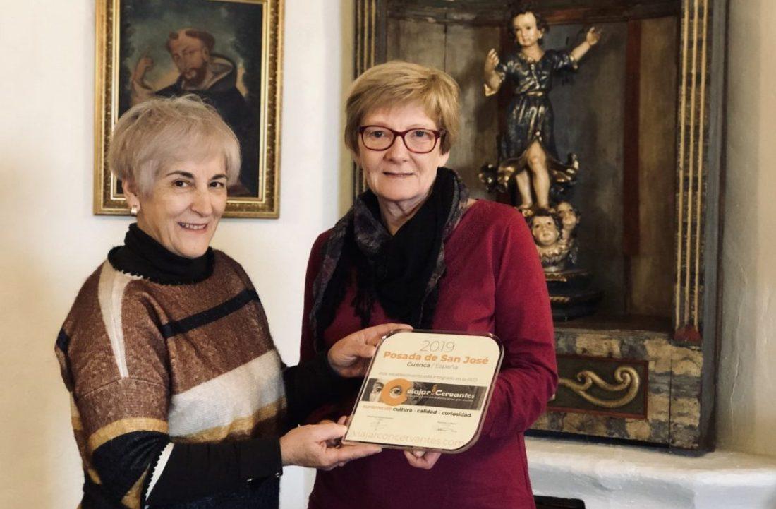 Isabel entrega a Jenny la placa de Viajar con Cervantes