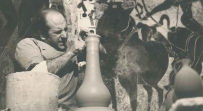 El alfarero Pedro Mercedes en su estudio